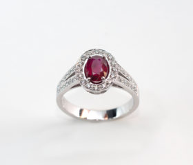 Anello Rubino Ovale con Diamanti