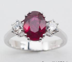 Anello Rubino ovale e Diamanti